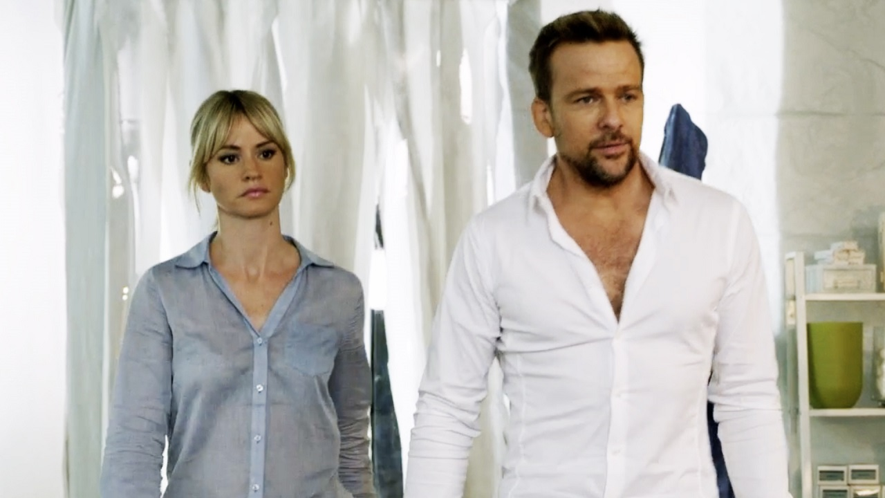 Amnesiac scientist Dr Wes Nolan (Sean Patrick Flanery) and assistant Cameron Richardson in Flashburn (2017)