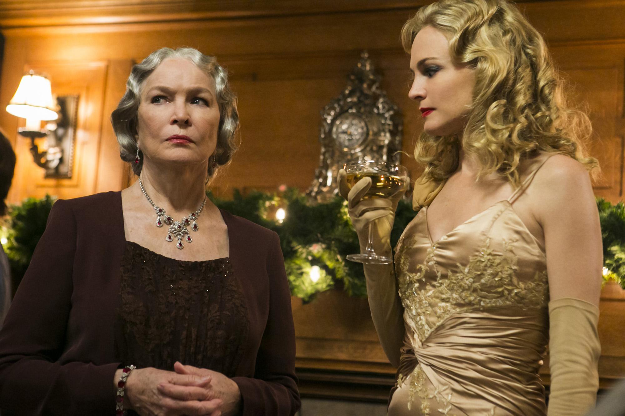 The children's grandmother Ellen Burstyn and mother Heather Graham in Flowers in the Attic (2014)