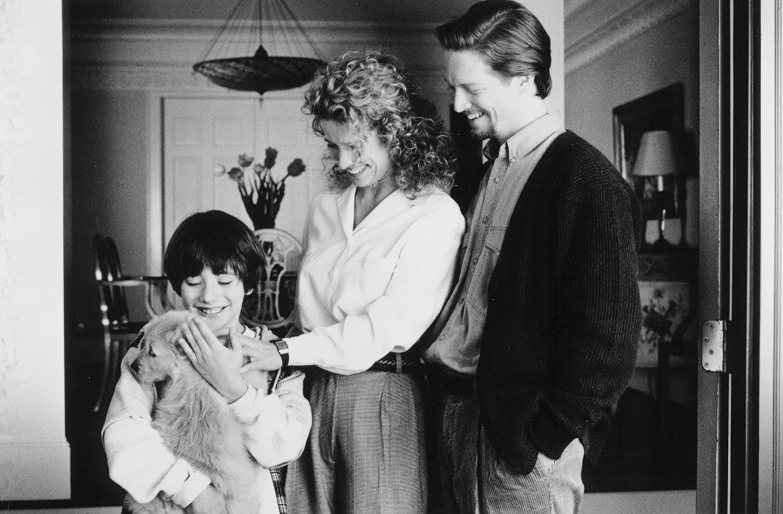 Fluke the puppy with Max Pomeranc, mother Nancy Travis and stepfather Eric Stoltz in Fluke (1995)