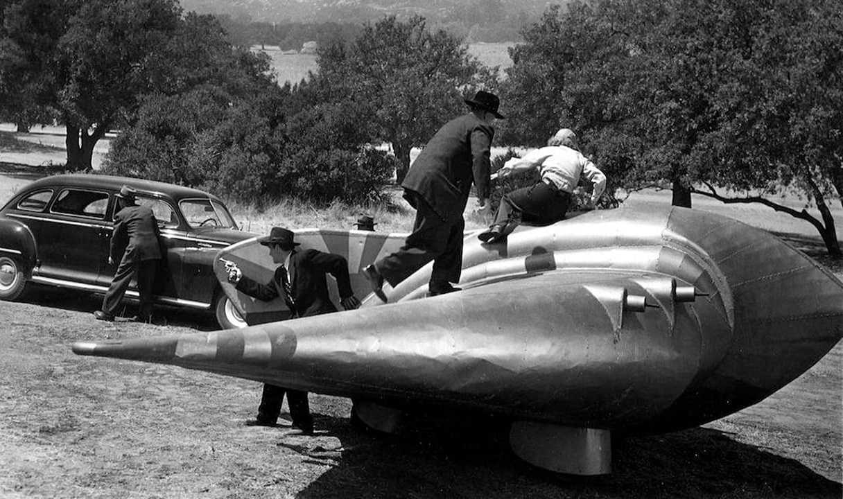 A fight around the outside of the semi-disc in Flying Disc Man from Mars (1950)