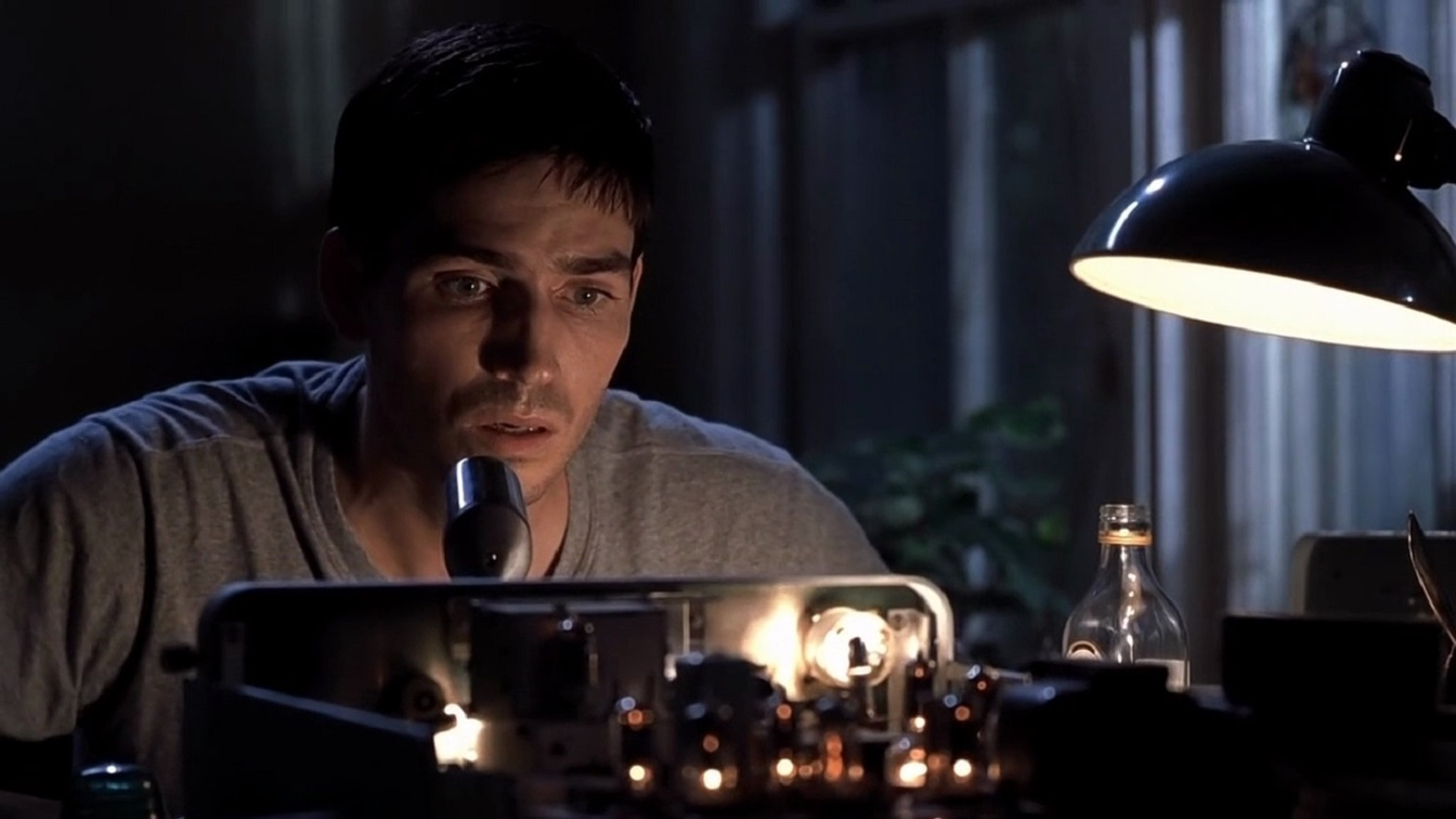 Jim Caviezel communicating by radio in Frequency (2000)