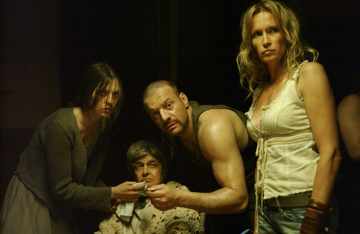 The backwoods family (l to r) Amelie Daure, Rosine Favey, Samuel Le Bihan and Estelle Lefebure in Frontier(s) (2007)