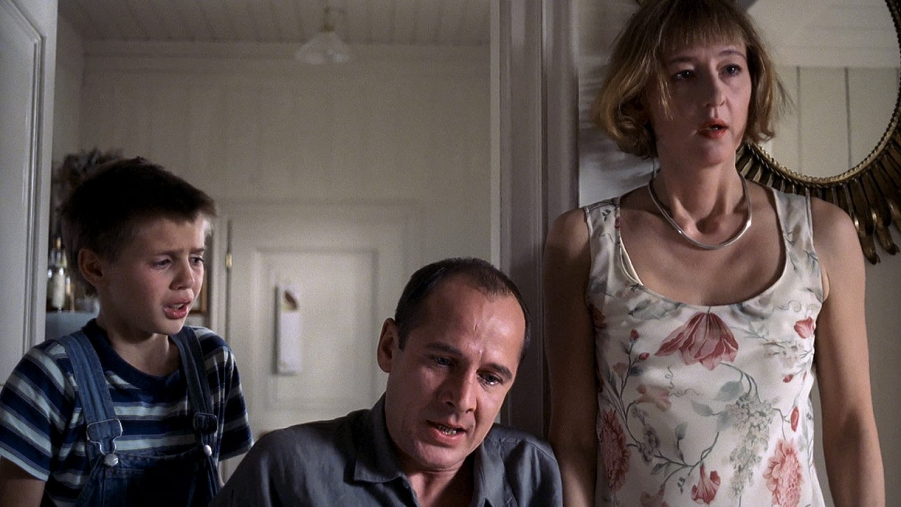 Son Stefan Clapczynski, father Ulrich Muhe and mother Susanne Lothar in Funny Games (1997)