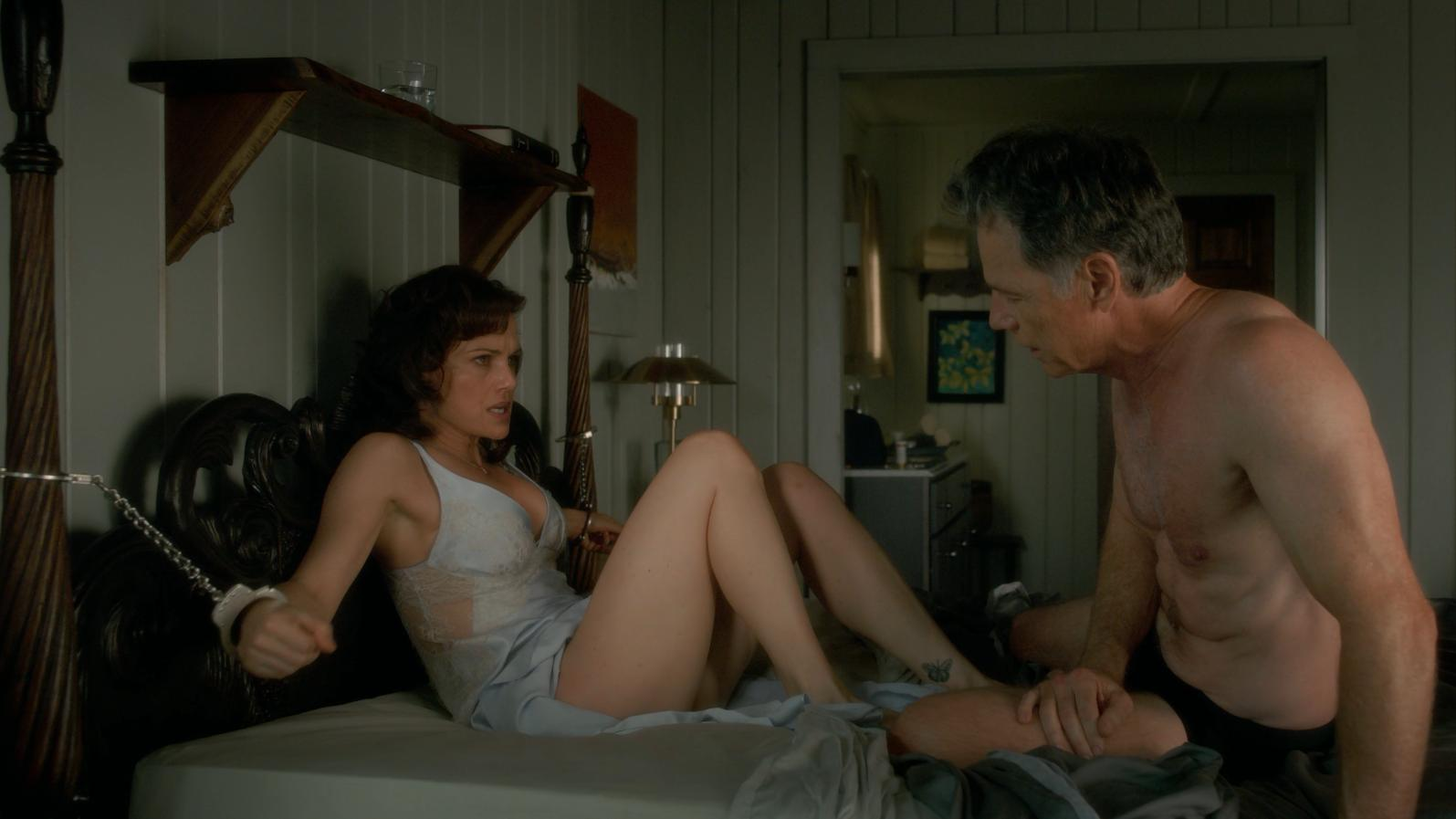 Carla Gugino resists husband Gerald (Bruce Greenwood)'s idea of some kinky games in Gerald's Game (2017)
