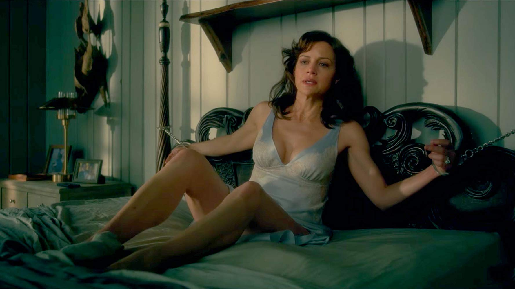 Jessie (Carla Gugino) left handcuffed to the bed in Gerald's Game (2017)