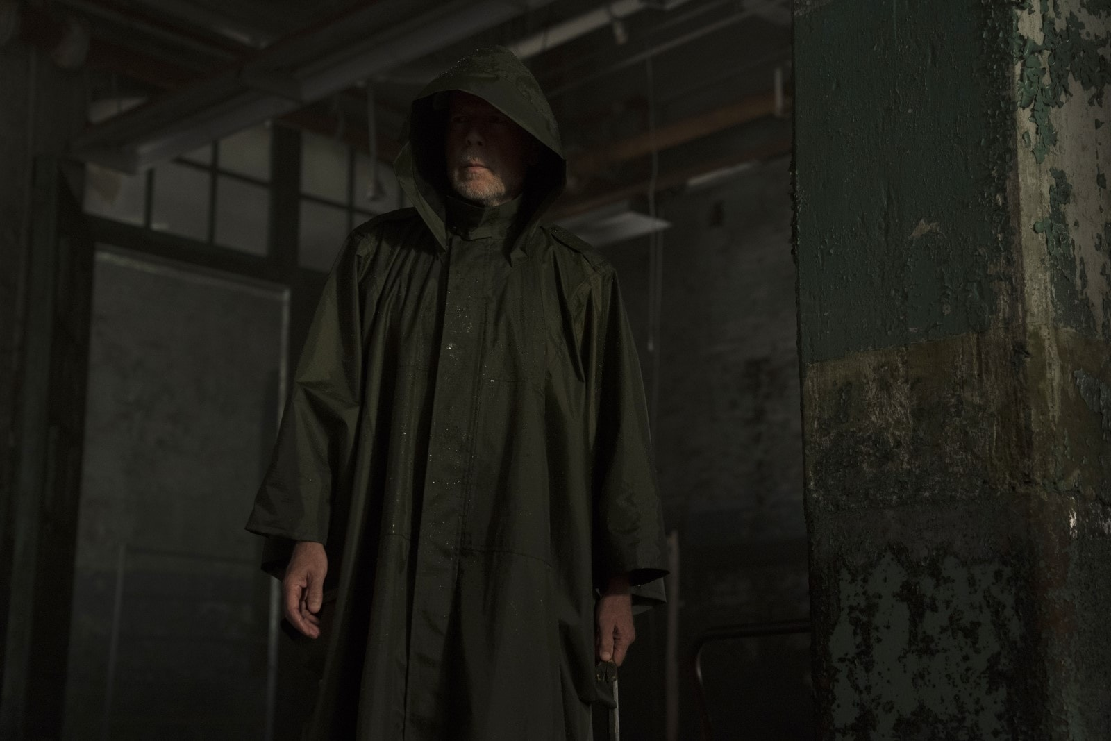 David Dunn (Bruce Willis), still a hooded superhero after nineteen years in Glass (2019)