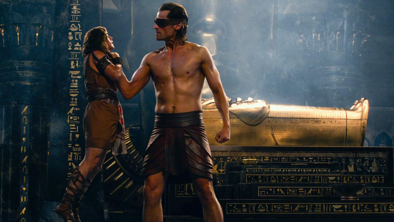 Nikolaj Coster-Waldau as Horus and Bek (Brenton Thwaites) in Gods of Egypt (2016)
