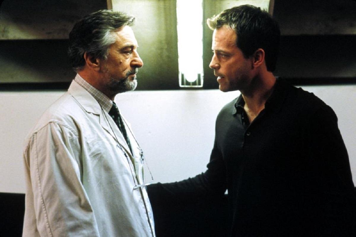 Cloning specialist Robert De Niro and grieving father Greg Kinnear in Godsend (2004)