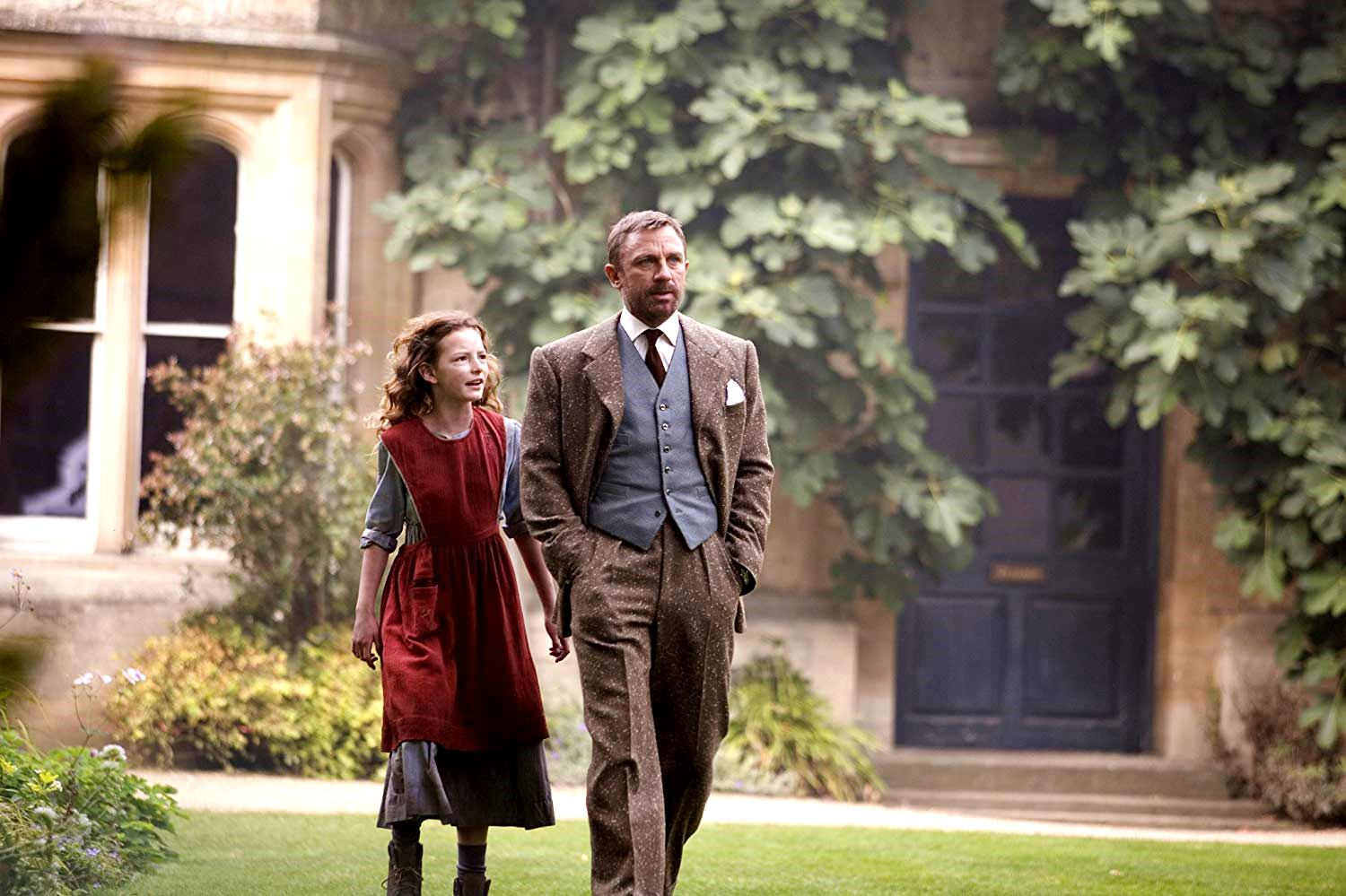 Lyra Belacqua (Dakota Blue Richards) with uncle Lord Asriel (Daniel Craig) at Jordan College in The Golden Compass (2007)