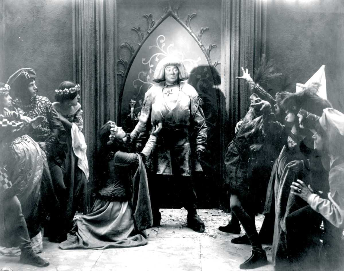 The Golem (Paul Wegener) appears at the emperor's court