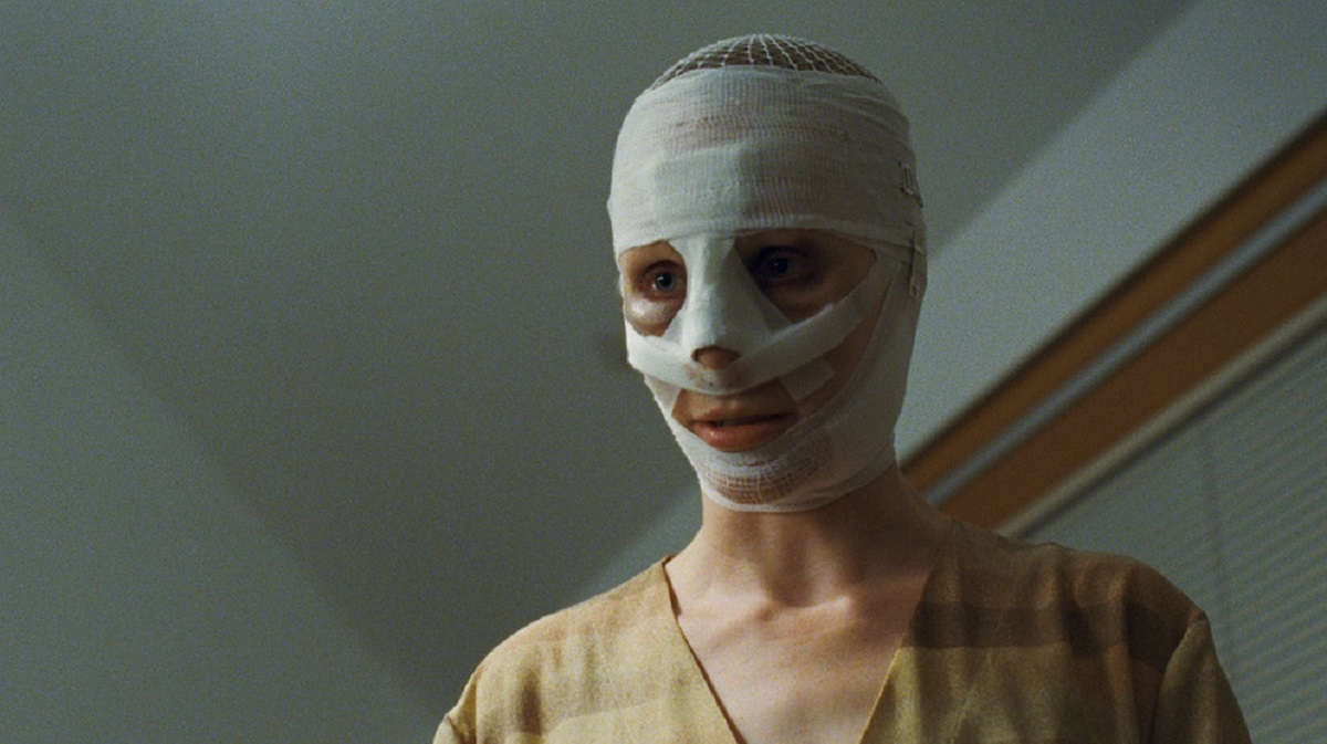 The boys' bandaged mother (Susanne Wuest) in Goodnight Mommy (2014)