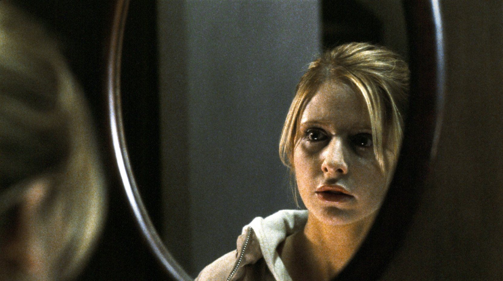 Karen Davis (Sarah Michelle Gellar) encounters spooky happenings in Japan in The Grudge (2004)
