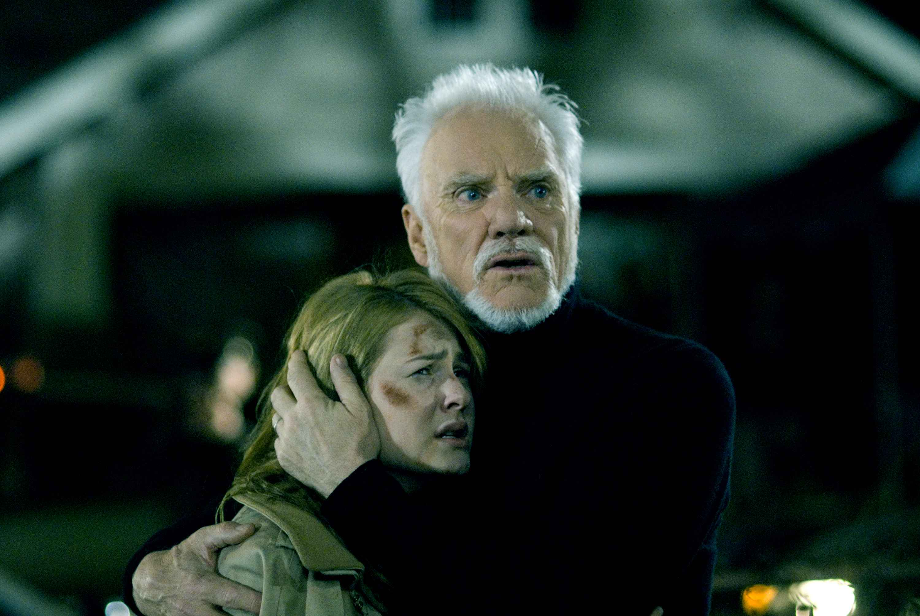 Dr Loomis (Malcolm McDowell) comforts Laurie Strode (Scout Taylor-Compton) in Halloween (2007)