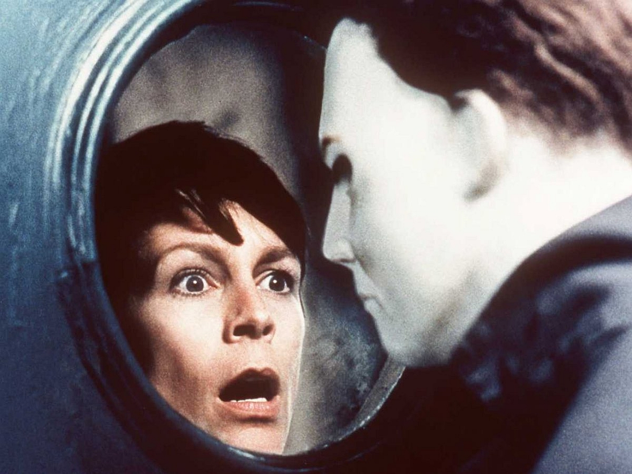 Laurie Strode (Jamie Lee Curtis) face to face with Michael Myers (Chris Durand) again in Halloween H20: Twenty Years Later (1998)