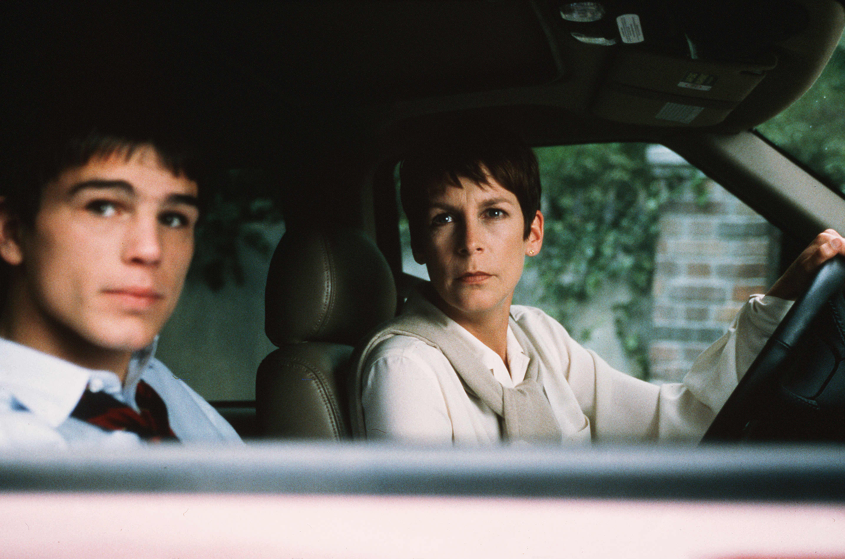Laurie Strode (Jamie Lee Curtis), back after having spent twenty years living under an assumed name, and her teenage son Josh Hartnett in Halloween H20: Twenty Years Later (1998)