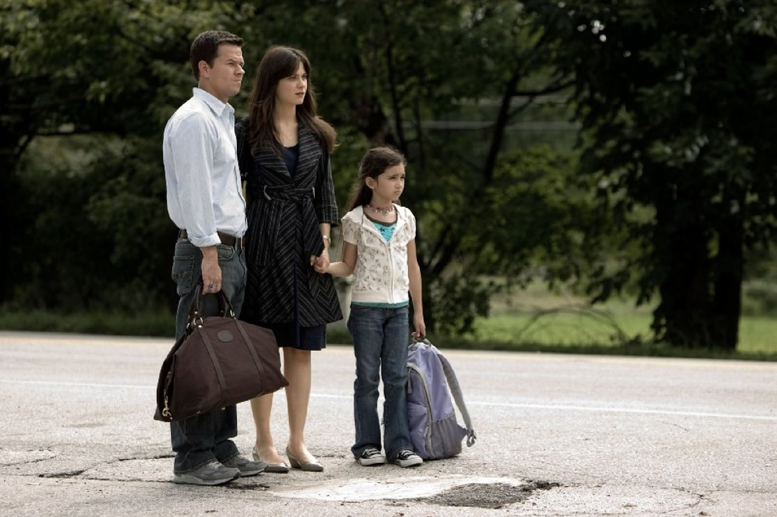 (l to r) Mark Wahlberg, wife Zooey Deschanel and Ashlyn Sanchez set out to make it to an unaffected area in The Happening (2008)