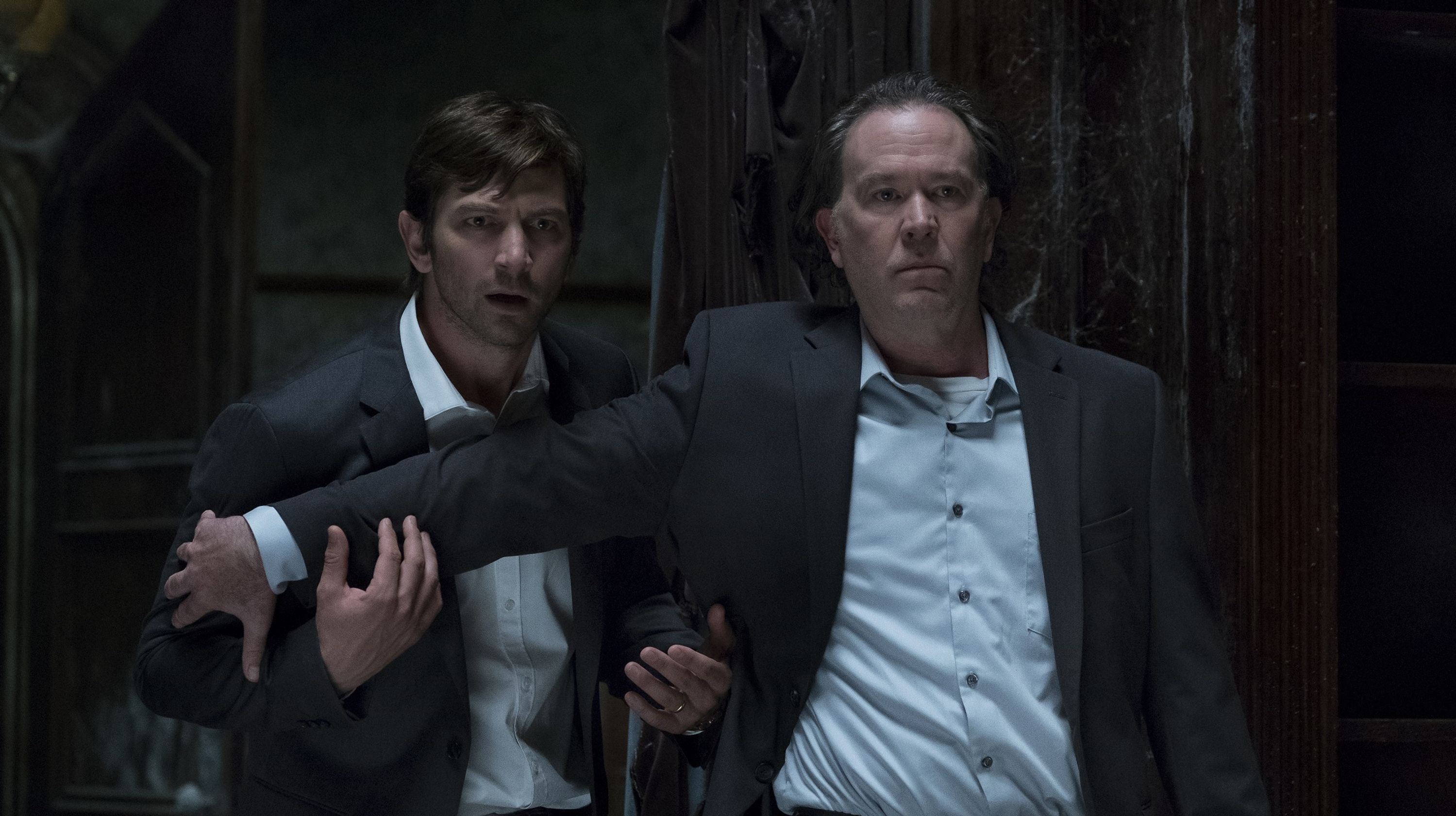 Steven (Michiel Huisman) and his father (Timothy Hutton) return to Hill House in The Haunting of Hill House (2018)