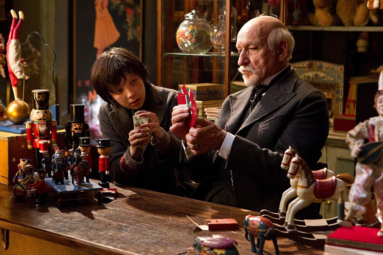 (l to r) Hugo Cabret (Asa Butterfield) befriends Georges Melies (Ben Kingsley) in Hugo (2011)