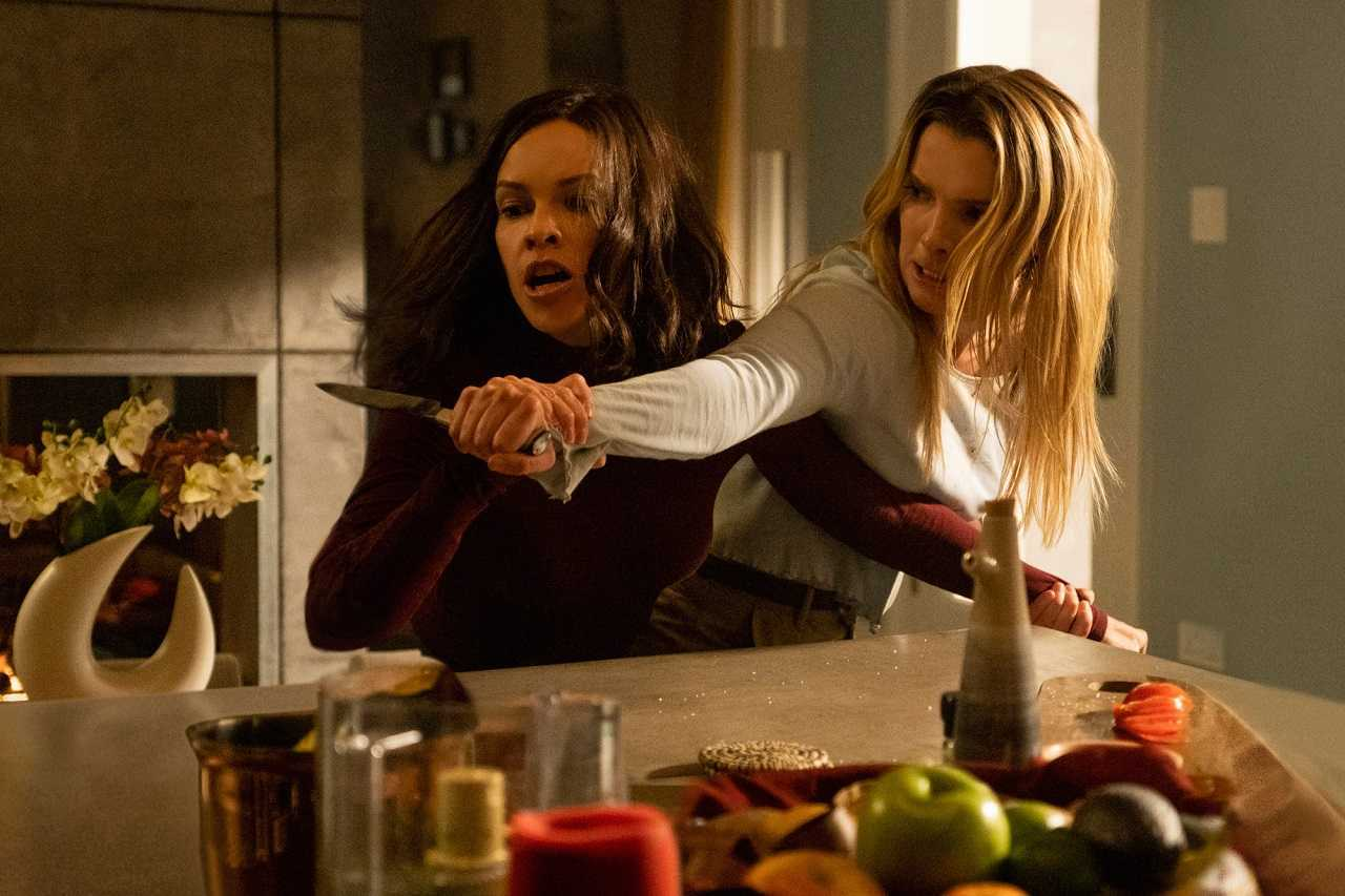 Fight between Hilary Swank and Betty Gilpin in The Hunt (2020)