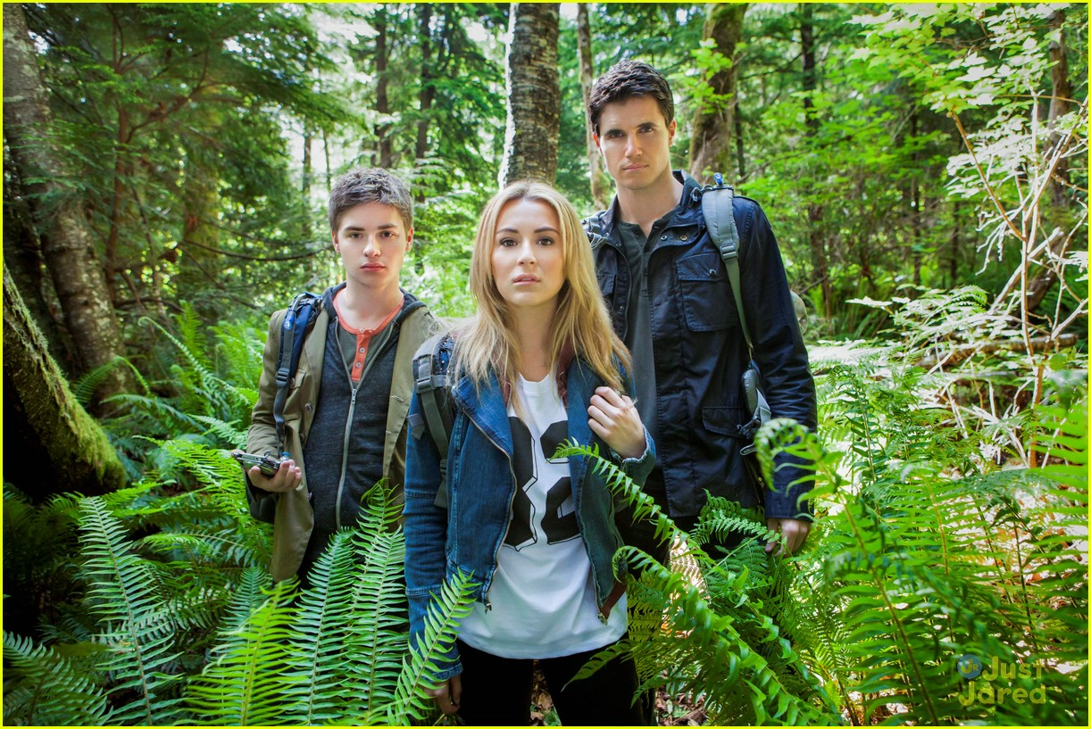 Keenan Tracey, Alexa Vega, Robbie Amell in The Hunters (2013)