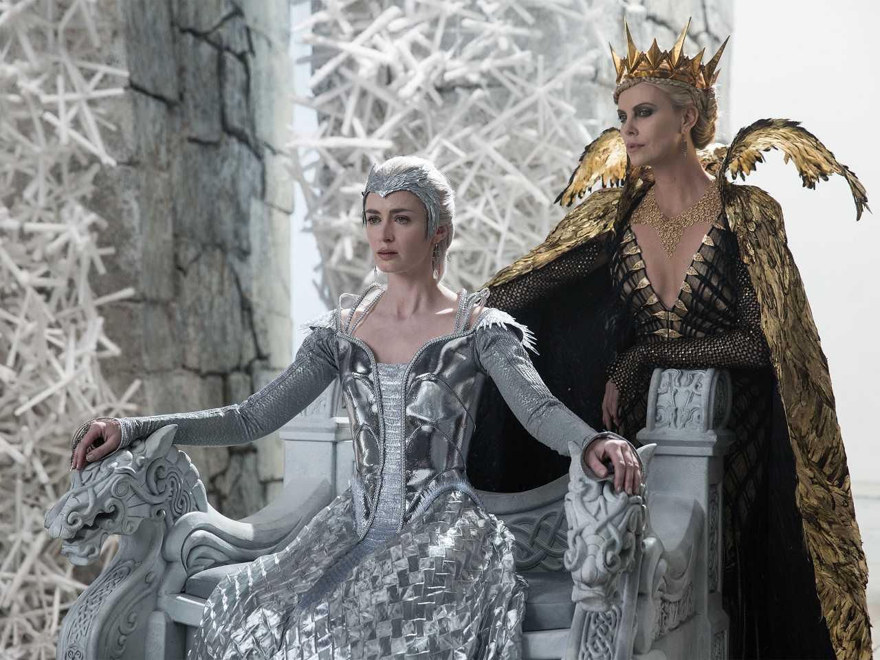 Queen Freya (Emily Blunt) and Queen Ravenna (Charlize Theron) in The Huntsman Winter's War (2016)