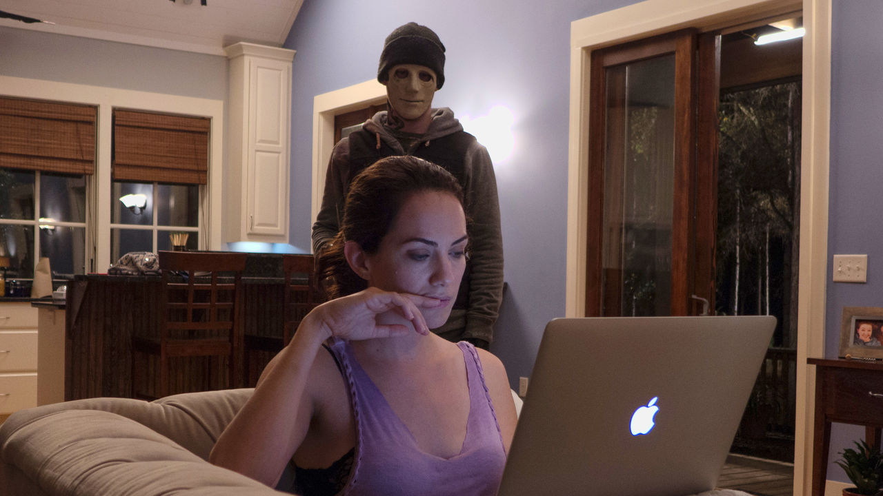 John Gallagher Jr. sneaks up on deaf Kate Siegel in Hush (2016)