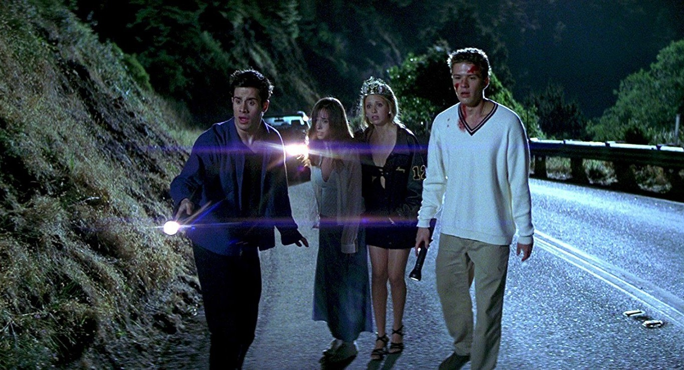 The teens go to see what they have run down on the road - Freddie Prinze Jr, Jennifer Love Hewitt, Sarah Michelle Gellar and Ryan Philippe in I Know What You Did Last Summer (1997)