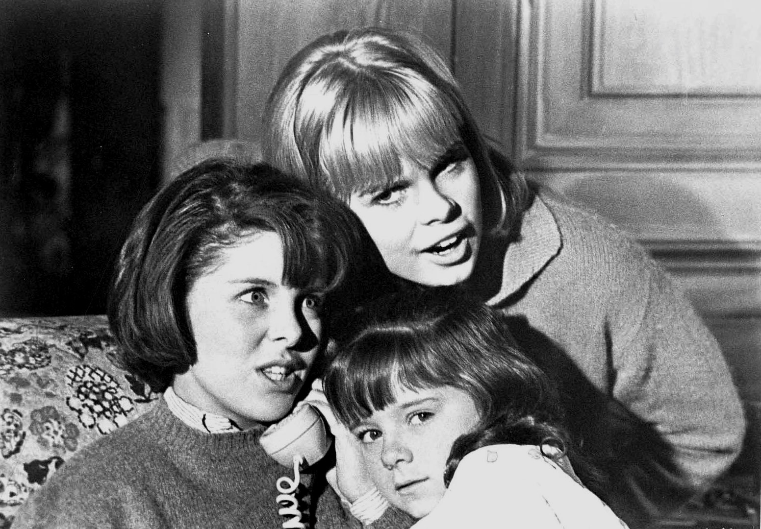 Best friends (l to r) Andi Garrett and Sarah Lane and the former's young sister Sharyl Locke (c) make prank calls  in I Saw What You Did (1965)