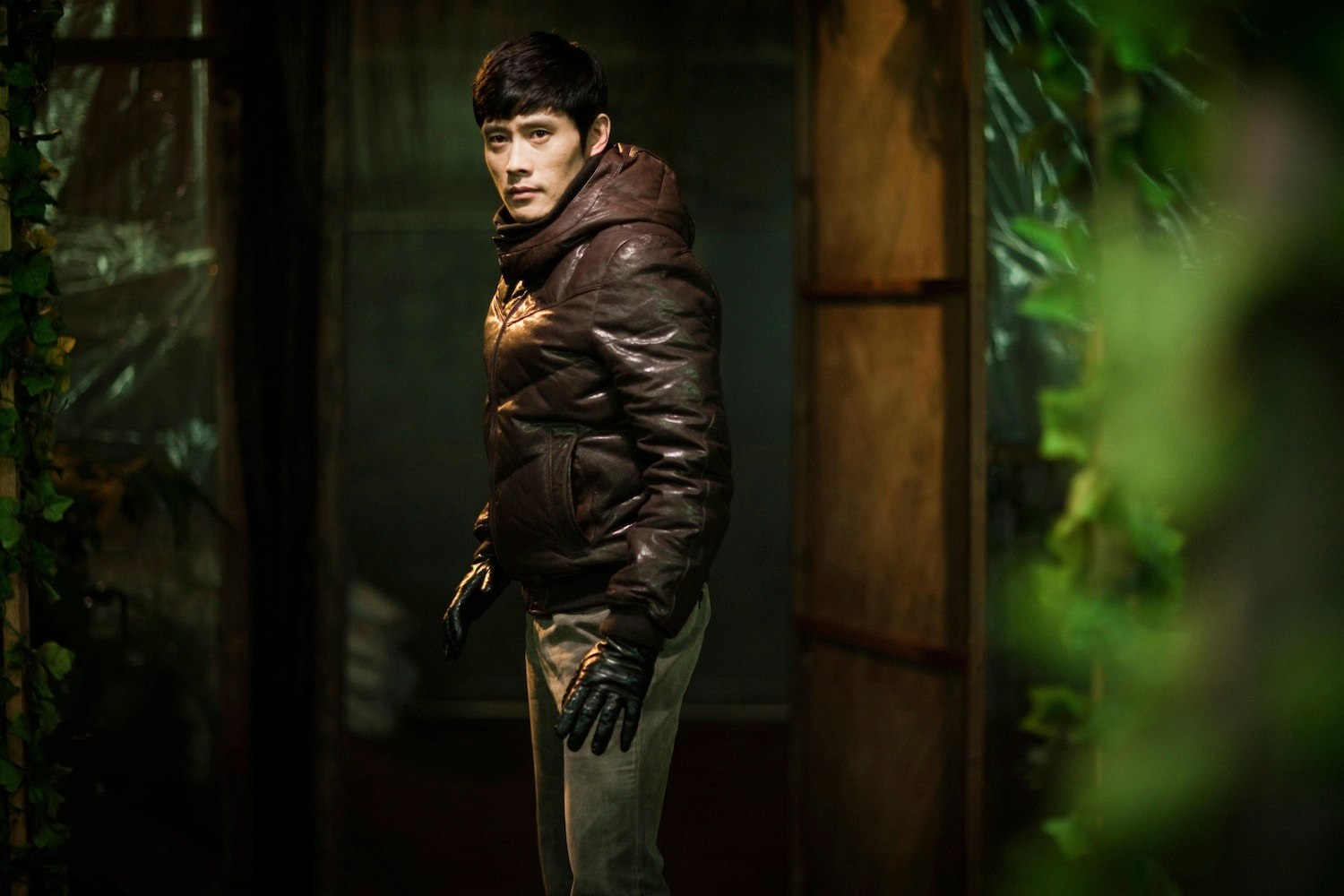 The obsessively pursuing nemesis detective Byung-hun Lee in I Saw the Devil (2010)
