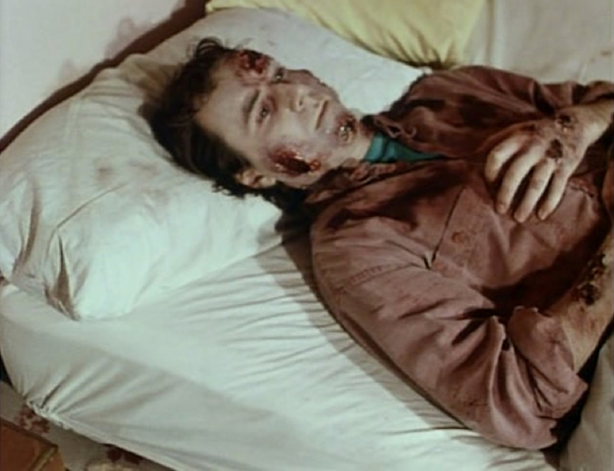 Giles Aspen slowly turns into a zombie in I Zombie: The Chronicles of Pain (1998)