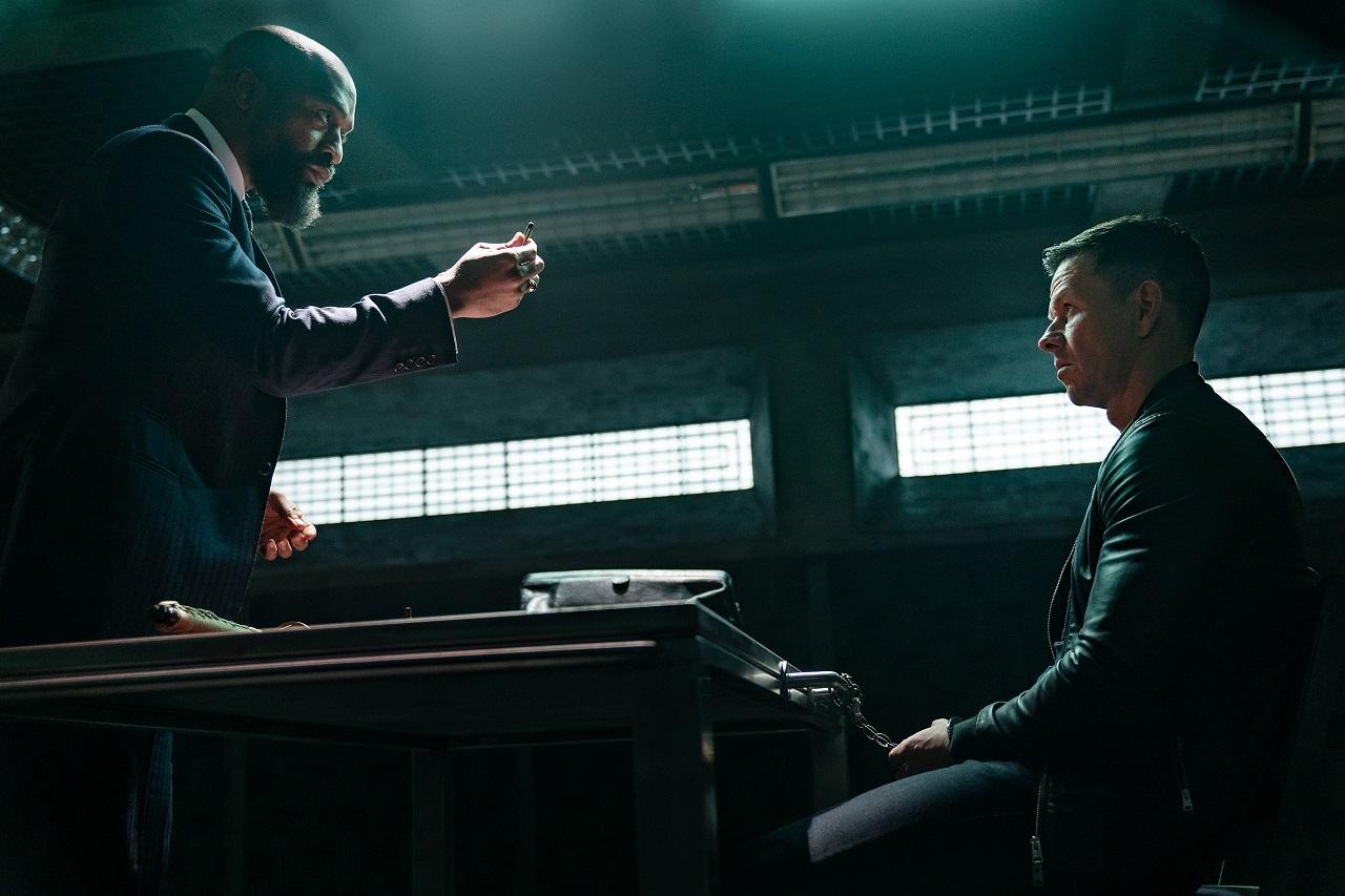 Bathurst (Chiwetel Ejiofor) interrogates Evan McCauley (Mark Wahlberg) at the police station in Infinite (2021)