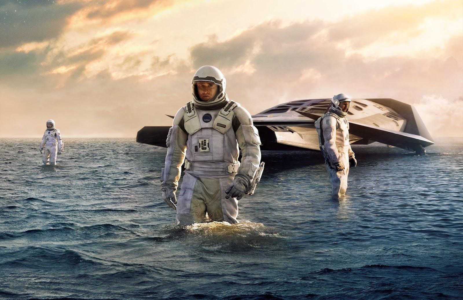 Astronauts on an alien world - Anne Hathaway, Matthew McConaughey, Wes Bentley in Interstellar (2014)