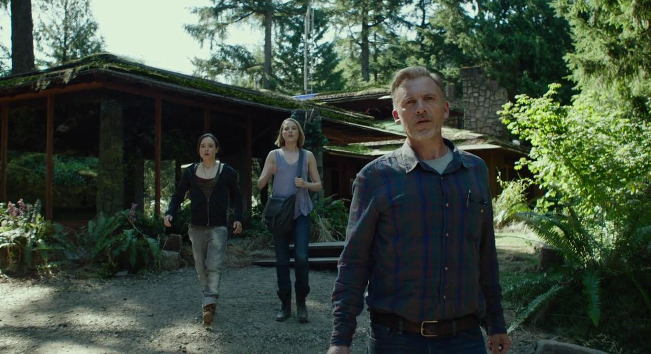 Father Callum Keith Rennie (r) and daughters Ellen Page (l) and Evan Rachel Wood (c) in Into the Forest (2015)