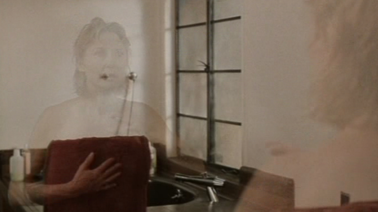 An invisible Dee Wallace in Invisible Mom (1995)