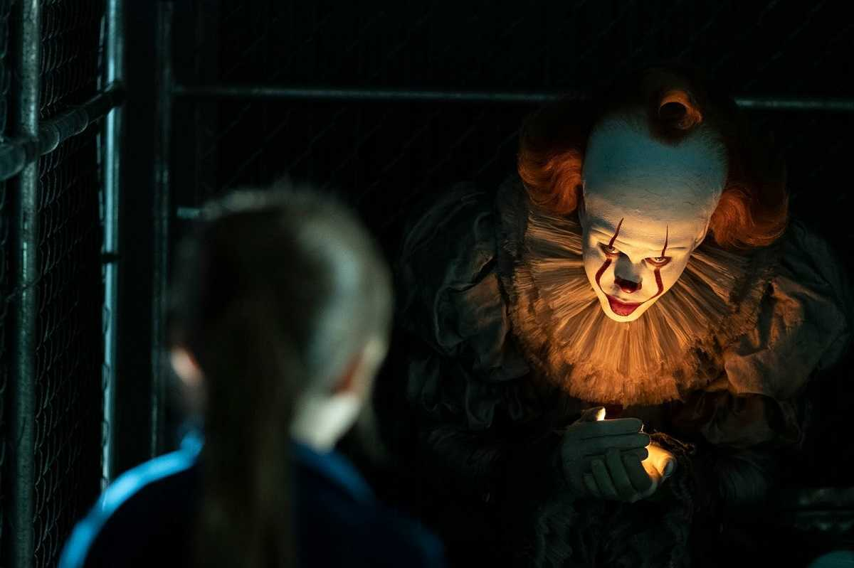 Pennywise (Bill Skarsgård) tempts children in It: Chapter Two (2019)