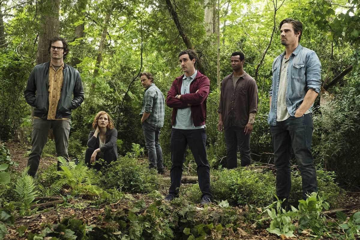 The Losers as adults - (l to r) Richie Tozer (Bill Hader), Beverly Marsh (Jessica Chastain), Bill Denbrough (James McAvoy), Eddie Kasprak (James Ransone), Mike Hanlon (Isaiah Mustafa) and Ben Hanscom (Jay Ryan) in It: Chapter Two (2019)