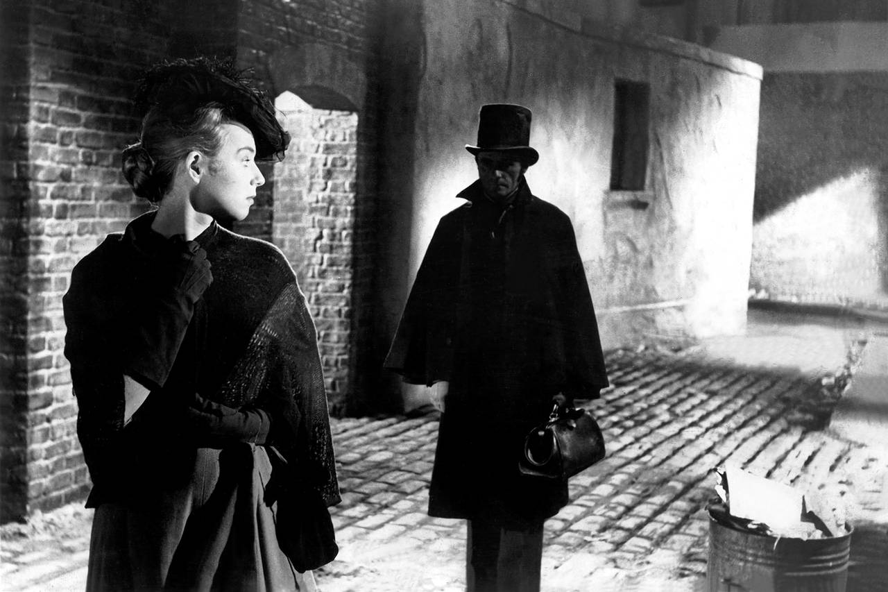 The Ripper stalks a victim in Jack the Ripper (1959)