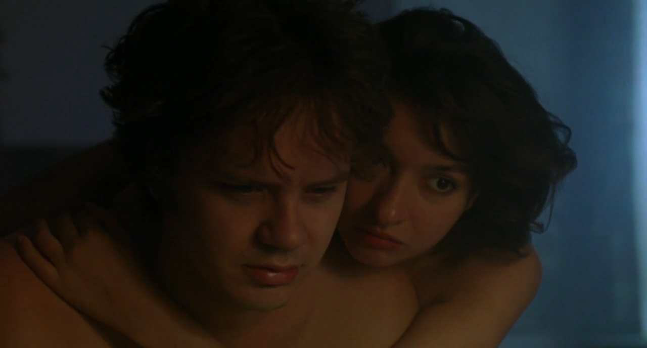 Jacob (Tim Robbins) and girlfriend Jezzie (Elizabeth Peña) in Jacob's Ladder (1990)