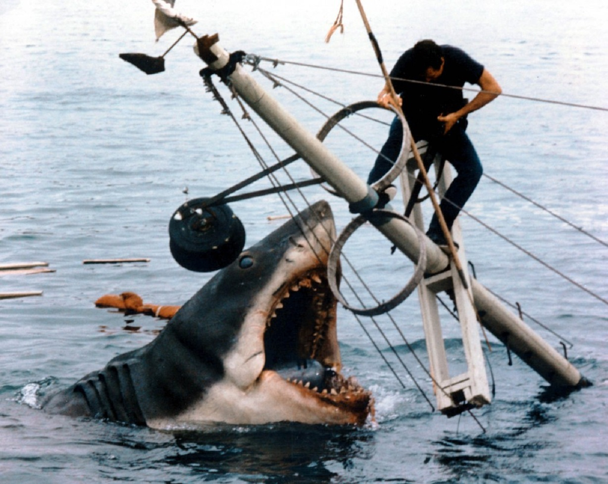 Roy Scheider atop the mast of a sinking boat attacked by the shark in Jaws (1975)