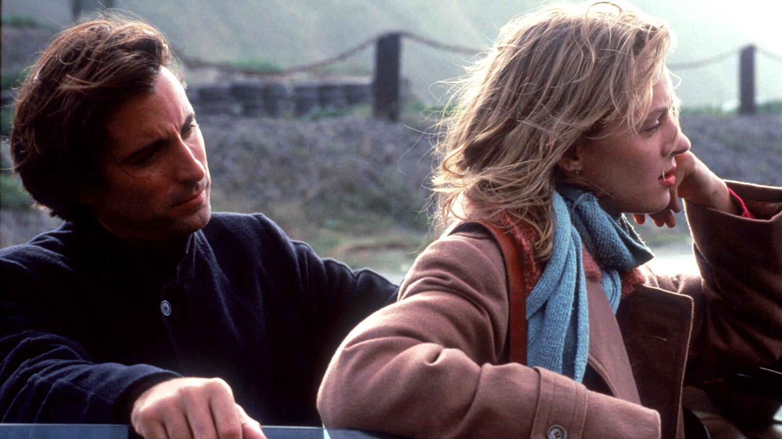 Detective John Berlin (Andy Garcia) with blind woman Helena Robertson (Uma Thurman) in Jennifer Eight (1992)