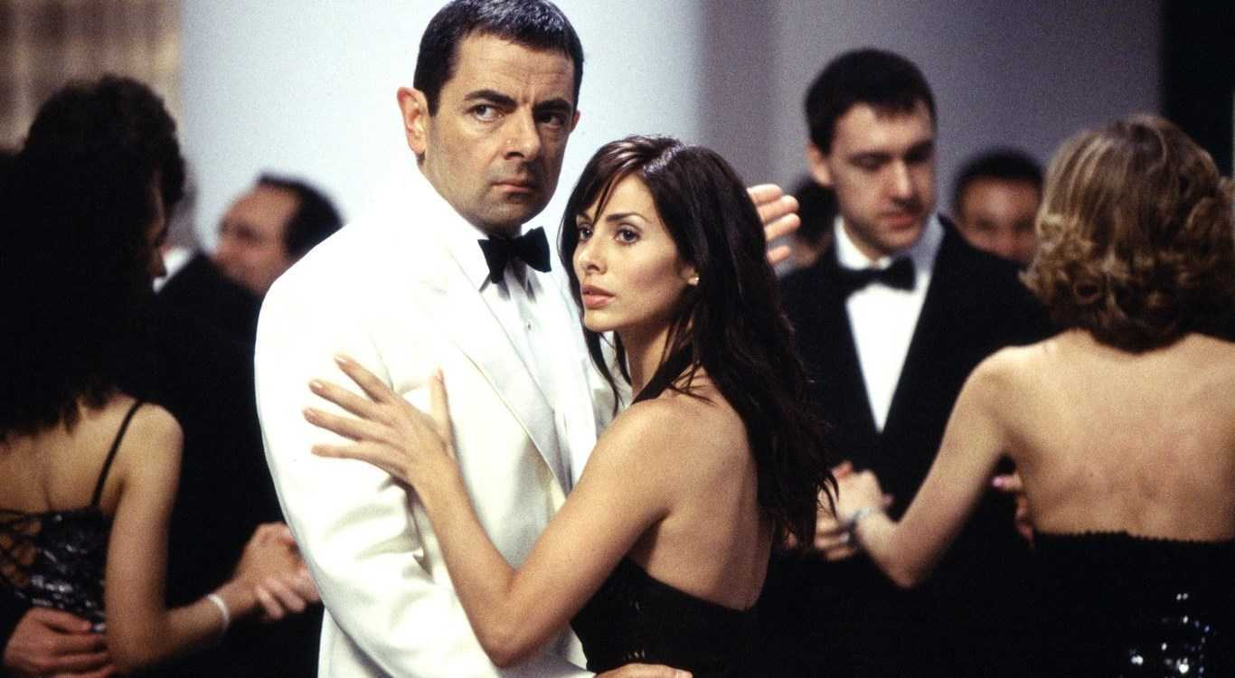 Johnny English (Rowan Atkinson) dances with Interpol agent Lorna Campbell (Natalie Imbruglia) in Johnny English (2003)