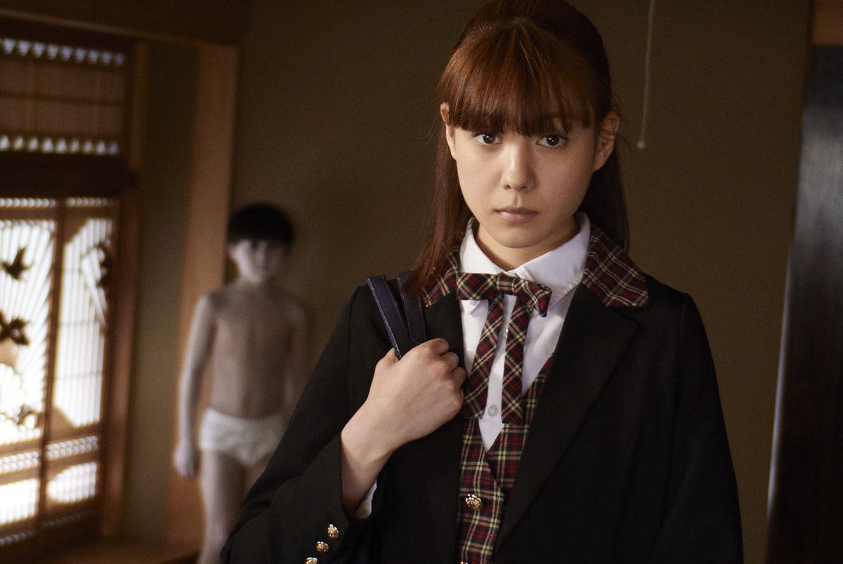 Schoolgirl Haori Takahashi with the ghost of Toshio (Kai Konayashi) in the background in Ju-on: The Beginning of the End (2014)