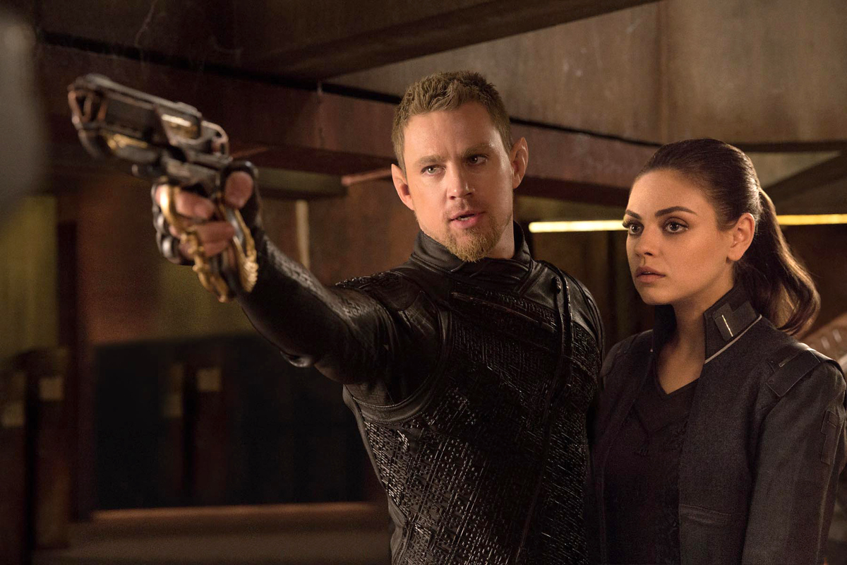 Bounty hunter Caine Wise (Channing Tatum) and Jupiter Jones (Mila Kunis), the cleaner who discovers she is the heir to Earth in Jupiter Ascending (2015)