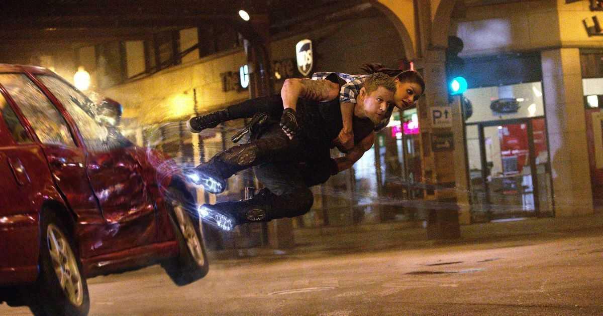 Caine Wise (Channing Tatum) and Jupiter Jones (Mila Kunis) escape via hoverboots in Jupiter Ascending (2015)