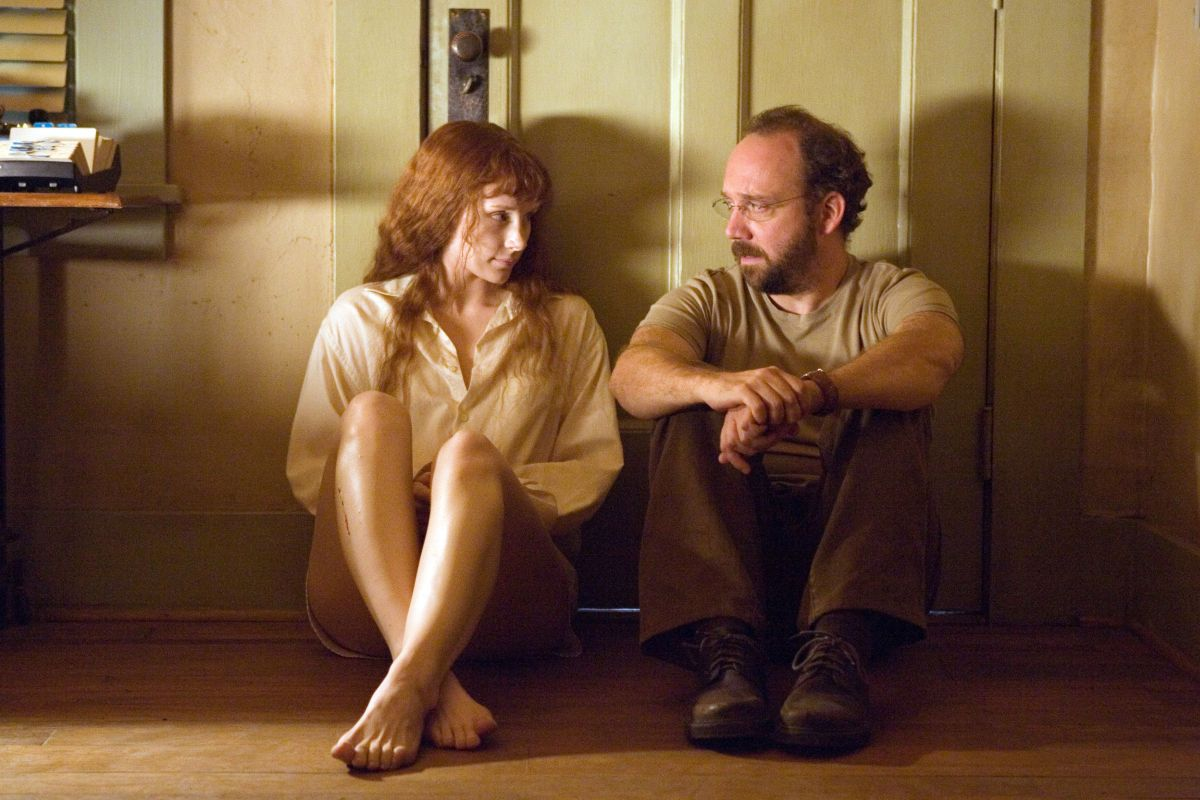Story (Bryce Dallas Howard) is granted shelter by building manager Cleveland Heep (Paul Giamatti) in Lady in the Water (2006)