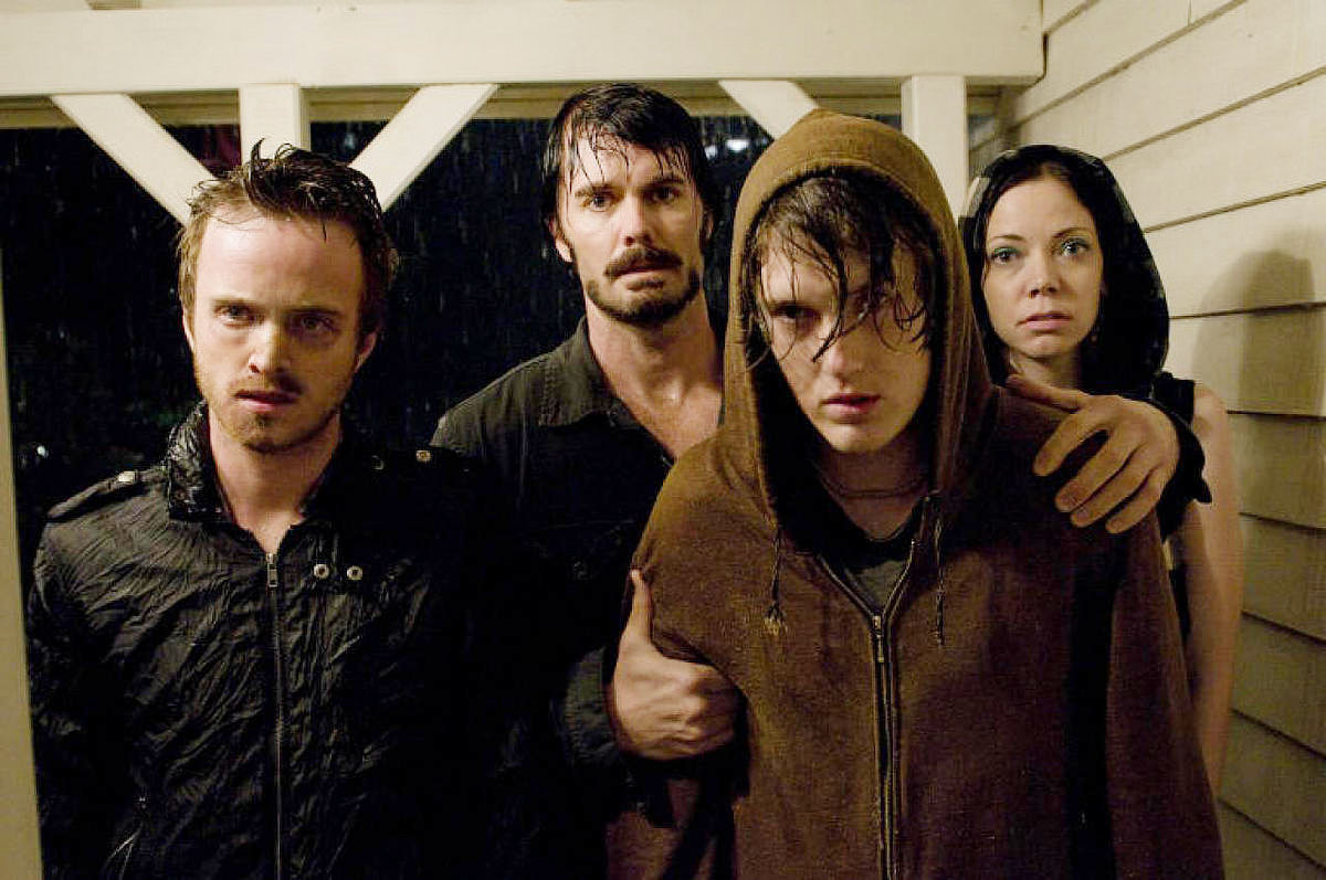 Krug and gang come knocking - Aaron Paul, Garrett Dillahunt, Spencer Treat Clark, Riki Lindhome in The Last House on the Left (2009)