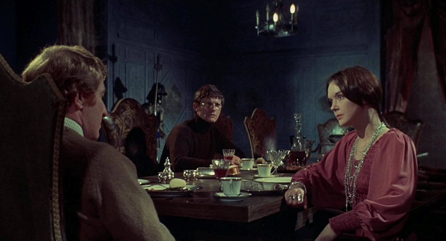 The team discuss matters - Clive Revill, Roddy McDowall, Pamela Franklin - in The Legend of Hell House (1973)