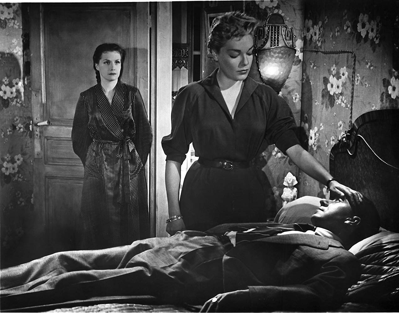 (l to r) Vera Couzot and Simon Signoret stand over Paul Meurisse's dead body in Les Diaboliques (1955)