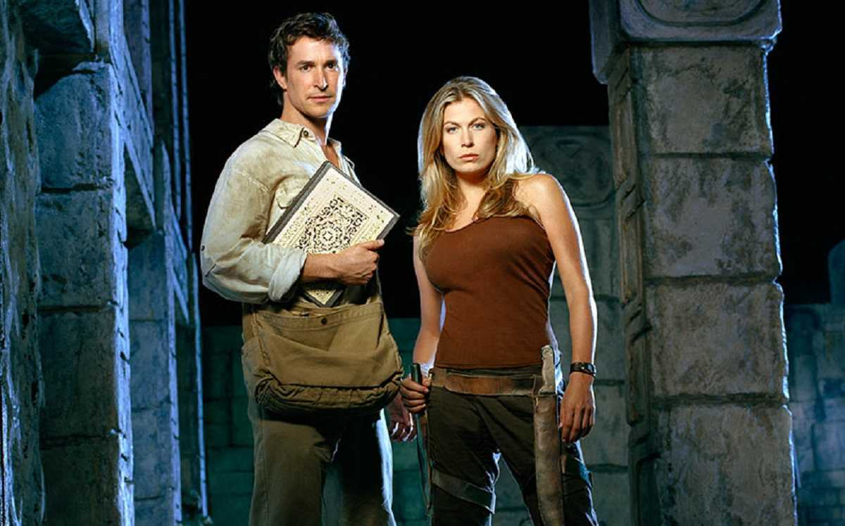 Flynn Carsen (Noah Wyle) and Nicole Noone (Sonya Walger) in The Librarian: Quest for the Spear (2004)