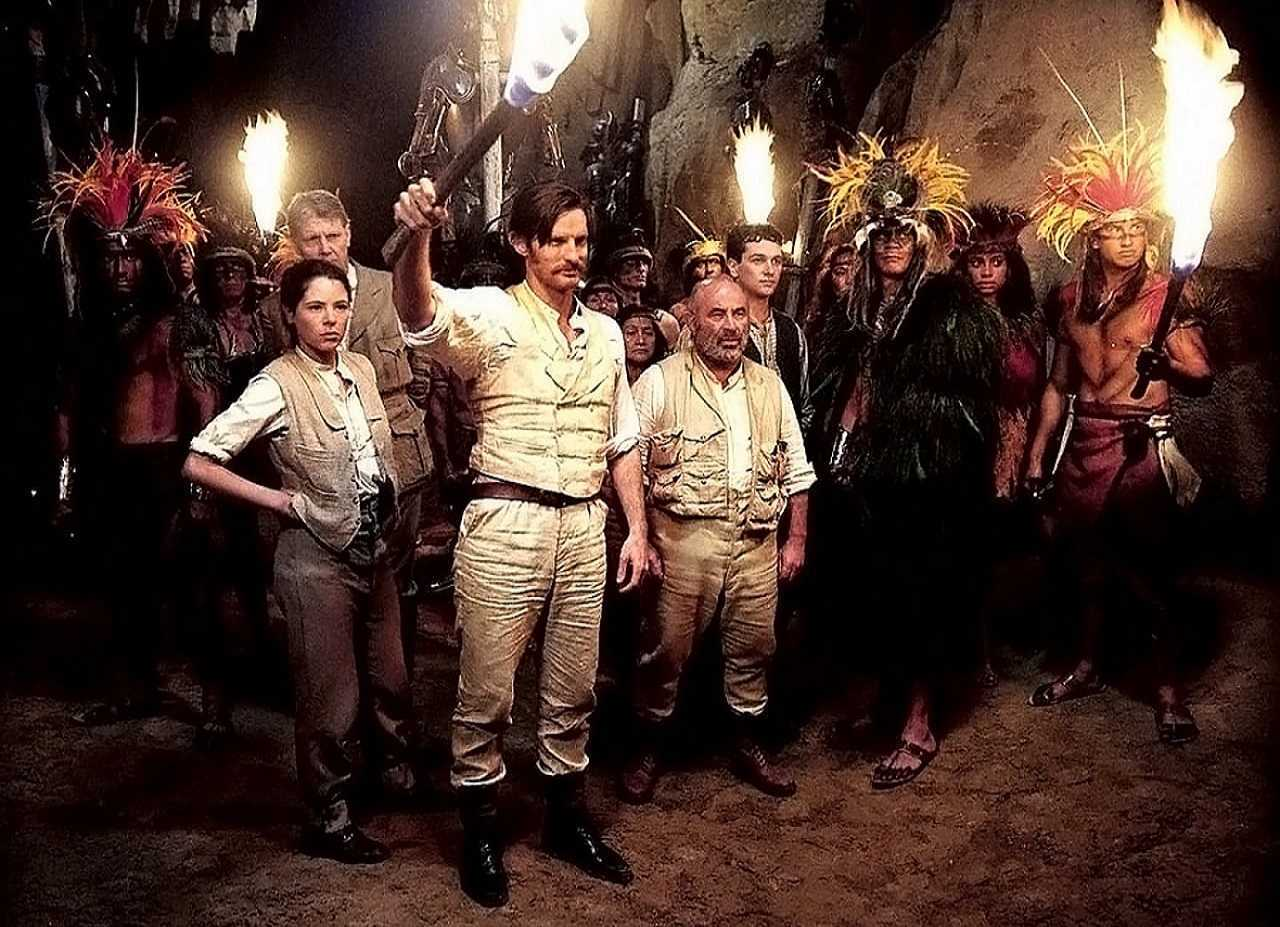 (l to r) Agnes Cluny (Elaine Cassidy), Professor Summerlee (James Fox), Lord Roxton (Tom Ward), Professor Challenger (Bob Hoskins) and Edward Malone (Matthew Rhys) among the natives in The Lost World (2001)